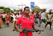 Burundian demonstrators protest in Bujumbura on May 13, 2015 as a top general announces the overthrow of President Pierre Nkurunziza. (AFP photo)